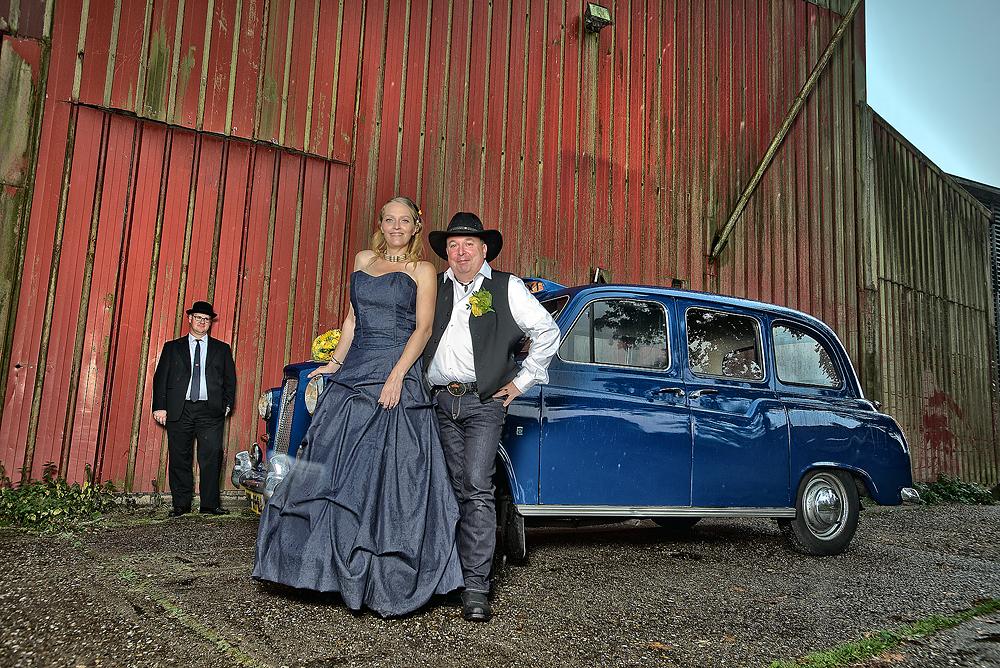 bruidsreportage De Lutte met oude Engelse taxi